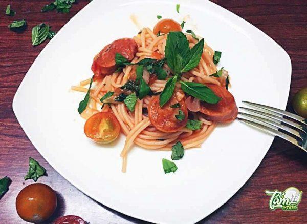 xúc xích sốt cà chua