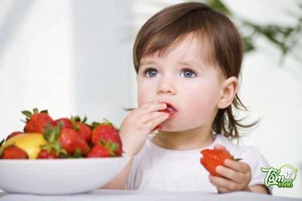 Bé ăn dâu tây có tốt không