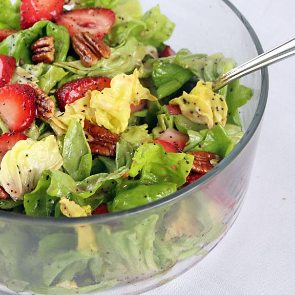 Cách làm salad dâu tây tươi ngon cho mùa hè